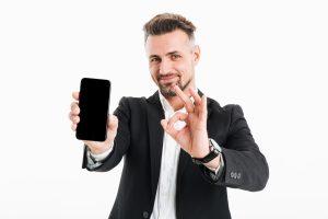 Portrait d'un commercial qui trouve que c'est top de vendre les solutions IP Dev